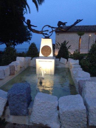 Marche, Italië: Fontana e piazza di Sirolo