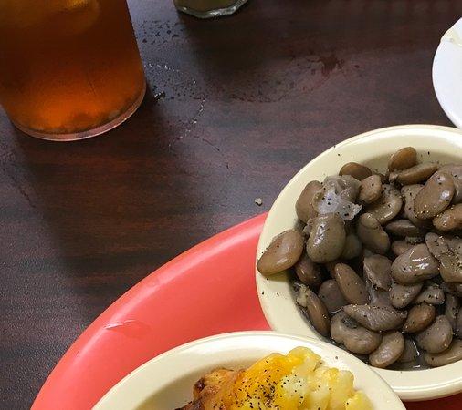 Watkinsville, Gürcistan: Fried Chicken comes with white gravy. Ummm Good!