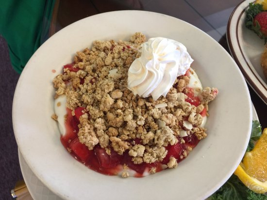 Elma, WA: Yogurt granola fruit parfait