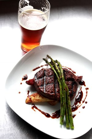 Alexandria, Миннесота: Chef's Cut Steak with a Tap Beer
