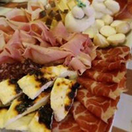 Sapori Del Contadino: Tagliere di salumi e formaggi per veri intenditori...