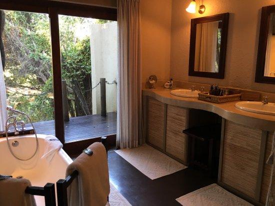 Jock Safari Lodge: Soaking tub and sinks