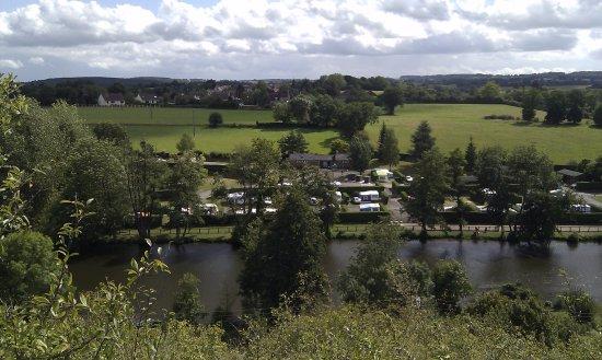 Fresnay-Sur-Sarthe, Francia: une partie du camping vu de la coline d'en face