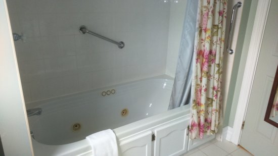Cranberry Cove Inn : Jacuzzi bath!