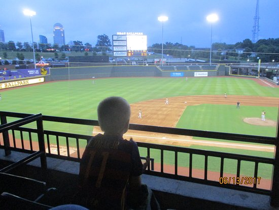 Winston Salem, Carolina del Norte: Watching from one of the ballpark boxes.