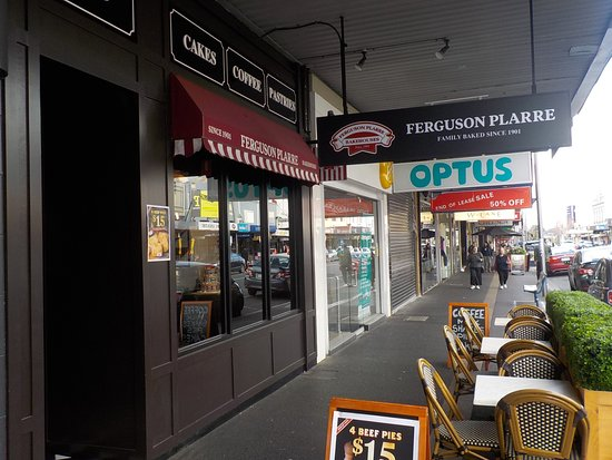 Moonee Ponds, Australia: Shop entrance and street seats