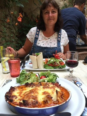 Nissan-lez-Enserune, Frankrijk: Alison and I loved the homemade lasagne and annsiette du mer et soleil and the mixed 3 desserts