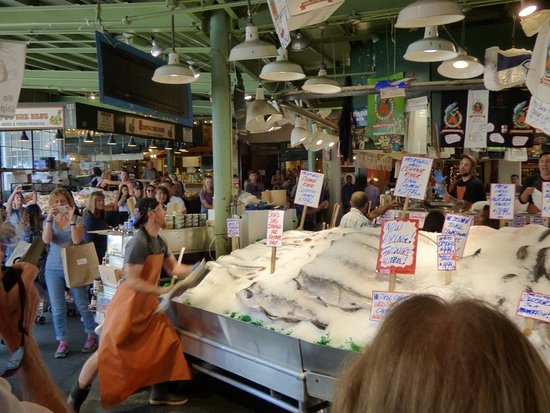 Throwing of fish picture of pike place fish market for Fish market seattle