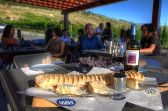 Penticton, Canada: Upper Bench Winery and Brewery Patio