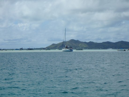 Kaneohe, Hawái: Boats at the sandbar in the middle of the bay