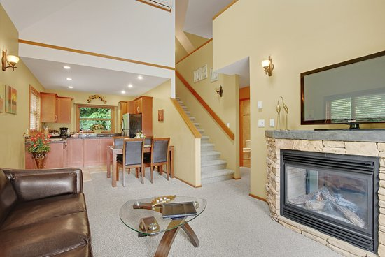 Madeira Park, Canada: Executive Cottage livingroom and kitchen