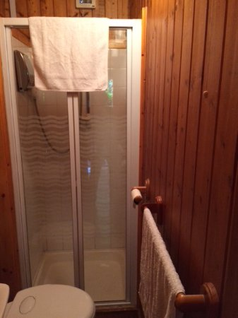 Robin Hill Guesthouse: Bathroom in chalet. Does not even come close to the pictures online.
