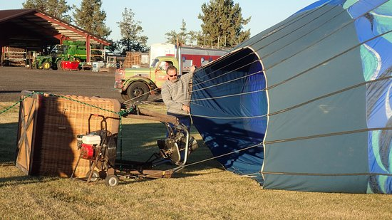 Redmond, Oregón: My brother, Steve, holding open the bottom so the hot air inflates the balloon.