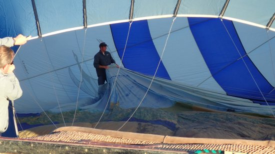 Redmond, Oregón: Owner/Pilot, Darren, inside the balloon making sure it inflates properly.