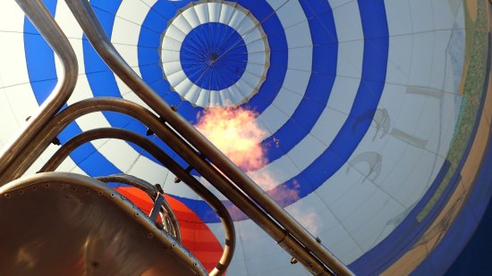 Redmond, Oregón: As we ascend, looking straight up into the balloon as the burner comes on.