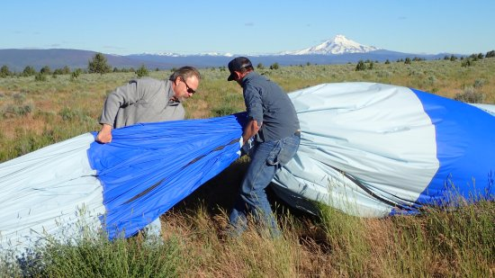 Redmond, Oregón: My brother Steve and Pilot Darren gtting the air out of the balloon so it can be folded up.
