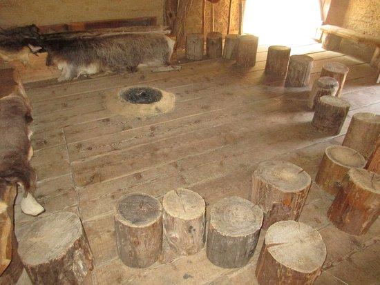 Molina di Ledro, Italia: il fuioco al centro ed i tronchi tagliati per sedere in cerchio