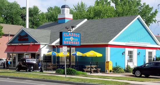West Springfield, Массачусетс: Classic Burgers NEW outdoor patio!