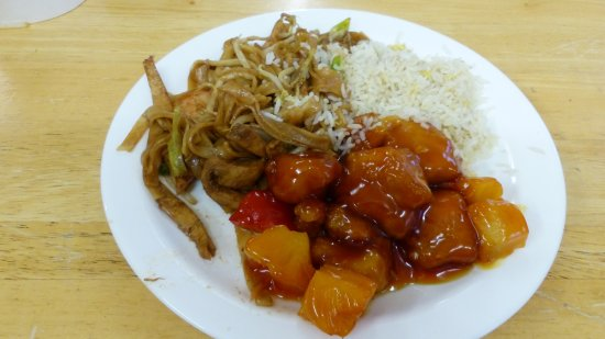 Ardpatrick, Ireland: Poulet sauce aigre-douce,pad thai, riz frit aux oeufs. Un pur délice!