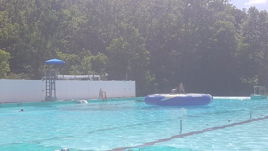 Claysville, Πενσυλβάνια: The deep end of the pool has a large trampoline. Two swimmers are permitted on it at a time.