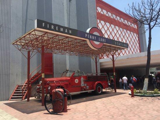 Tlalnepantla, Mexico: El carro de bomberos de Penny Lane.