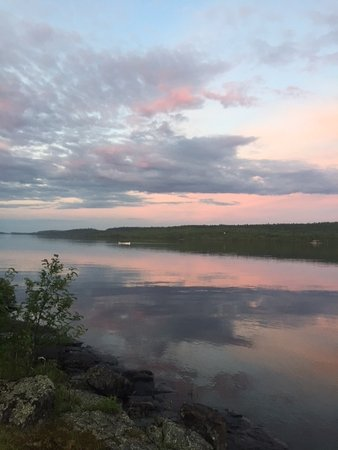 Cross River Lodge: Late evening view of the Gunflint Lake