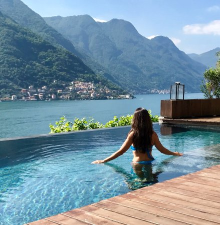 Pognana Lario, Italia: Tranquil and beautiful infinity pool at Villa Lario!