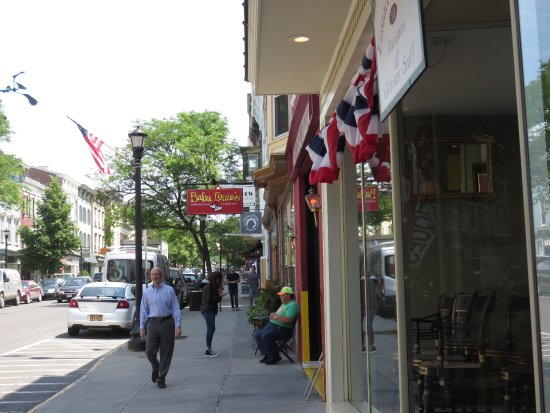 Hudson, Nova York: Located on the main street!