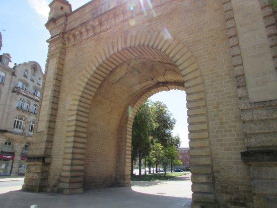 Porte Serpenoise : limite de la Vieille Ville