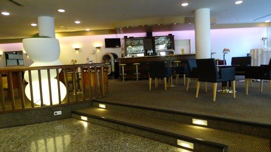 Mercure Hotel & Residenz Berlin Checkpoint Charlie: El adornado e iluminado lobby.-