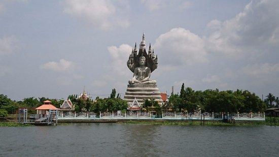 Chao Praya River : 川岸の巨大な仏像