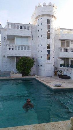 Hotel Boutique Le castel blanc: Parte de trás do hotel e piscina