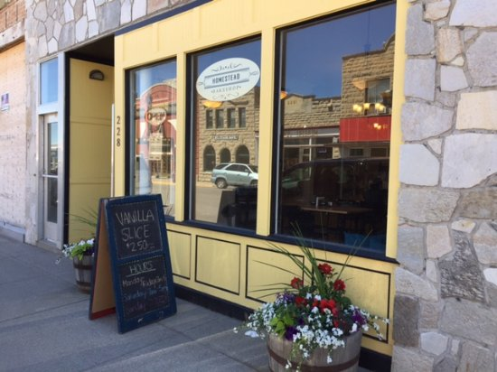 Fort Macleod, Kanada: Quaint little bake shop with an inviting exterior and quiet atmosphere.