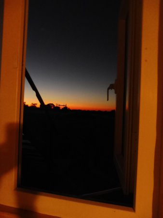 Solitaire, Namibië: Looking out a small window of my room I saw this gorgeous sunset.