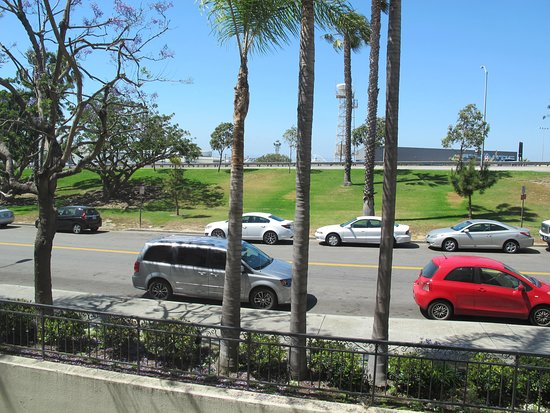 El Segundo, Kalifornia: Airport is just across the road with the terminals on opposite side.