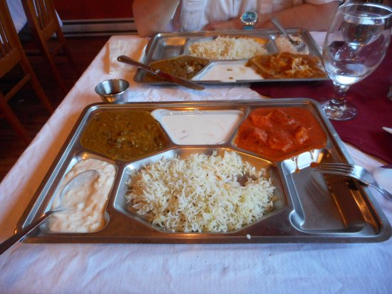 Keremeos, Canadá: The combo meal with dahl, butter chicken, rice and yogurt and  a sweet rice dessert.