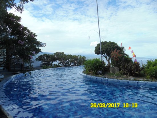 Central Sulawesi, Indonesia: Nice curved swimming pool with sea view