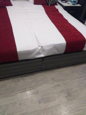 FabHotel Suncourt Karol Bagh: Broken bed