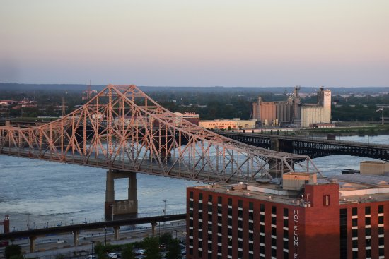 Four Seasons Hotel St. Louis: I enjoyed watching the light play/change on the bridge and Arch during sunset