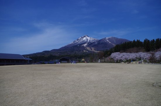 Inawashiro-machi, Japan: 中央広場と磐梯山