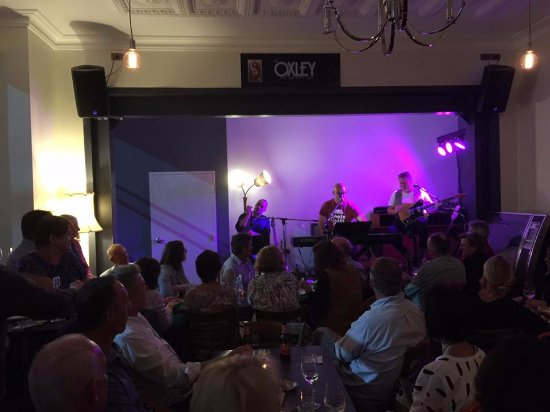 Cowra, Australia: Live music is a popular attraction at The Oxley. Free live music every Friday, plus touring arti