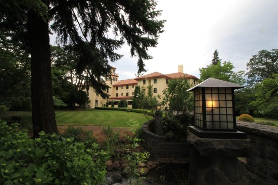 Columbia Gorge Hotel & Spa: stunning from the front