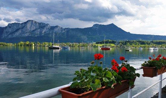 Mondsee, Austria: Entspannung auf der SeeRestaurant-Terrasse (im Hintergrund Drachenwand und Schober)