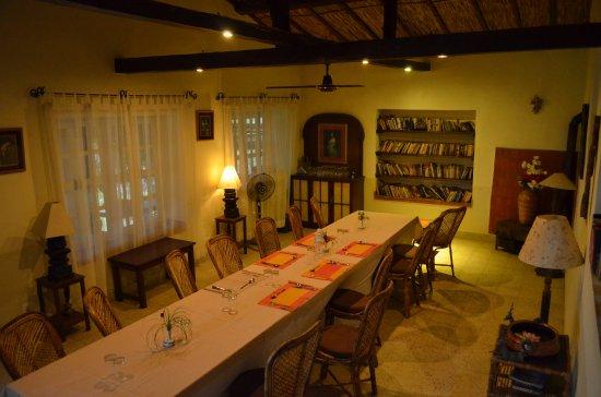 Kurintar, Nepal: Dinning hall with near open kitchen setup.