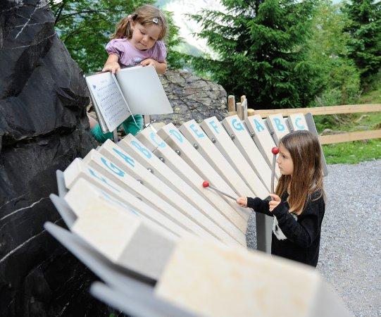 Elm, Suiza: Auch der Riese Martin mag Musik, aber dieses Xylophon ist RIESIG