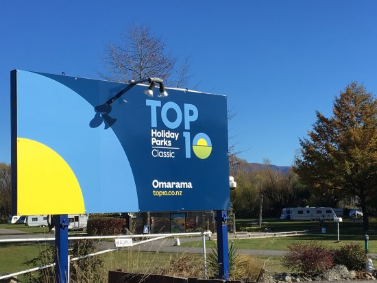 Omarama TOP 10 Holiday Park: Main entrance sign