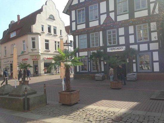 Stadthagen, Duitsland: Aufbau der Terrasse mit ca. 20 Tischen, Platz für über 50 Personen