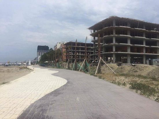 Golem, Albania: Część promenady za hotelem