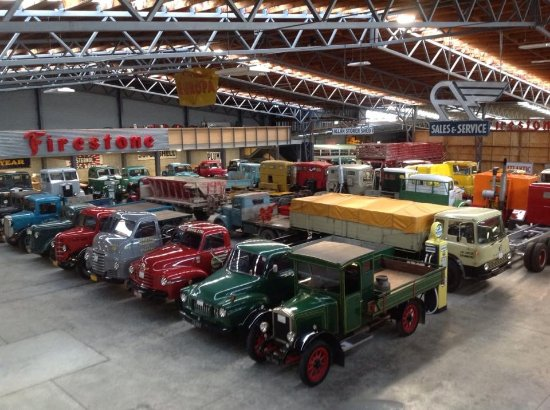 Invercargill, Nieuw-Zeeland: Just a few of the beautifully restored trucks in one part of the museum