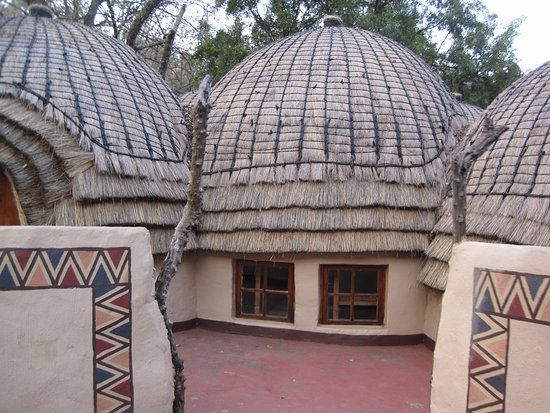 Lanseria, South Africa: Lesedi Cultural Village - tribal houses that can be visited (and have the option to stay overnig